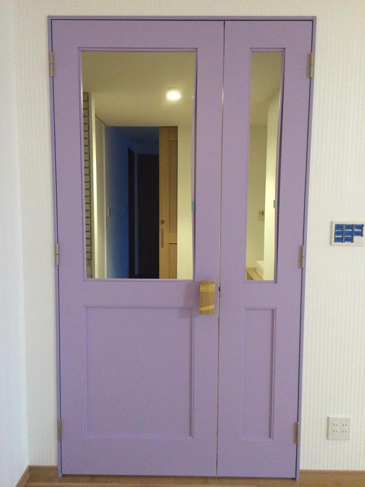 お客様の好みで、白い扉、枠を薄紫にしたいとの要望で全塗装仕上げ